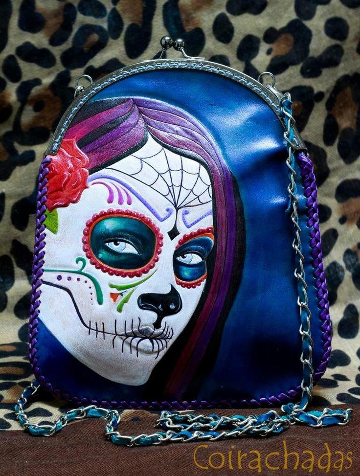 Bolso de cuero con calavera mejicana. Leather bag with mexican skull