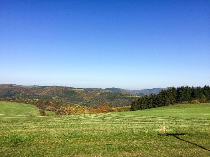 Weite, Blauer Himmel, Panorama, Wälder, Wiesen am AhrSteig blau