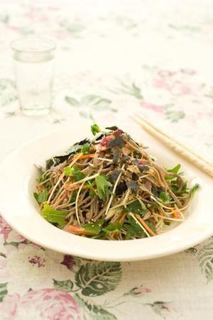そばはしっかり水けを拭き、すぐにオイルをなじませて。こうすると野菜とあえても水っぽくならず、味がよくからみます。