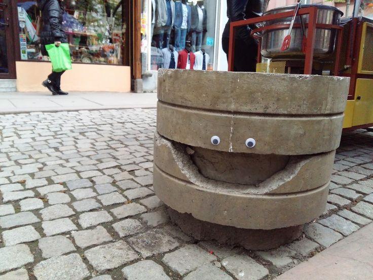 Googly eyes – plastikowe sztuczne oczy które mogą ożywić każda rzecz, dzięki nim nastała moda na eyebombing. W Bułgarii nieco nietypowy. http://exumag.com/street-art/