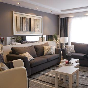 Deux canapés plutôt qu'un canapé modulaire ajoutent charme et distinction au salon.