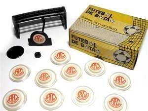 Um tradicional modelo de jogo de botão em acrílico, razão de muita diversão e alegria nos anos 80.