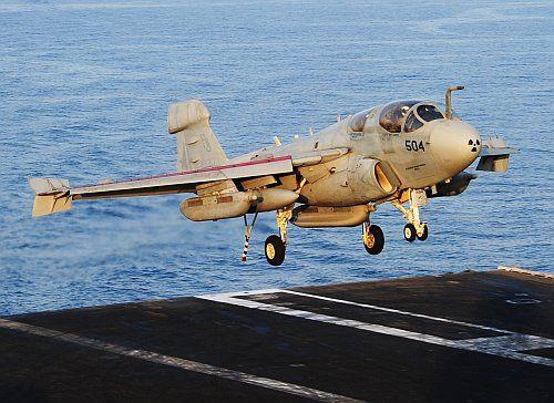 Négy és fél évtized üzemeltetés után az amerikai haditengerészet június végén hivatalosan is kivonja a szolgálatból az EA-6B Prowler zavarógépet, amelynek helyét a repülőgép-hordozók fedélzetén az új elektronikai hadviselési csúcsragadozó, az EA-18G Growler vette át. A Prowler-sztorit a tengerészgyalogság tovább...