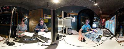 Ewelina Flinta w RMF Extra  Ewelina Flinta w studiu internetowego radia RMF Extra. Popularna wokalistka była gościem trzeciego spotkania na żywo; obok niej prowadzący program Krzysztof Urbaniak z RMF FM.