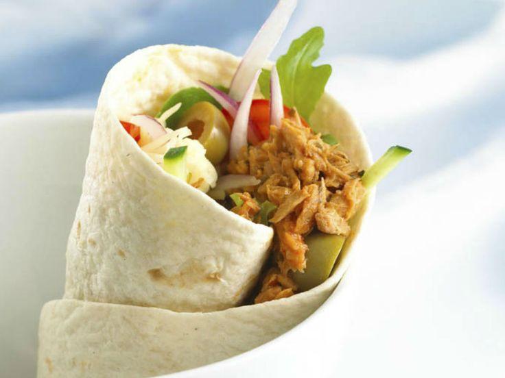 Wraps med krydret tunfisk er populært å servere og hyggelig å lage rundt bordet. De er også fine å sende med i matpakken, en variasjon som vil bli verdsatt. Pakk dem da enkeltvis.