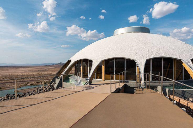 В пустыне Калифорнии находится удивительный дом The Volcano House. Построенный в 1968 г архитектором Гарольдом Блисснером (Harold Bissner Jr), он выглядит как космическая станция на вершине горы.