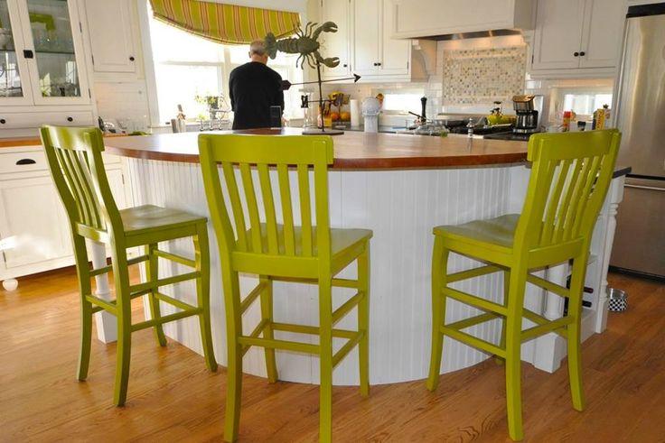 Новое ретро идеально вписывается в дизайн интерьеров в экостиле!  Экостиль предполагает гармоничное сочетание природы с достижениями урбанизации. Главный тренд - использование натуральных материалов. Как нельзя лучше в дизайн кухни в экостиле вписываются яркие зеленые цвета отреставрированных антикварных стульев и табуретов.