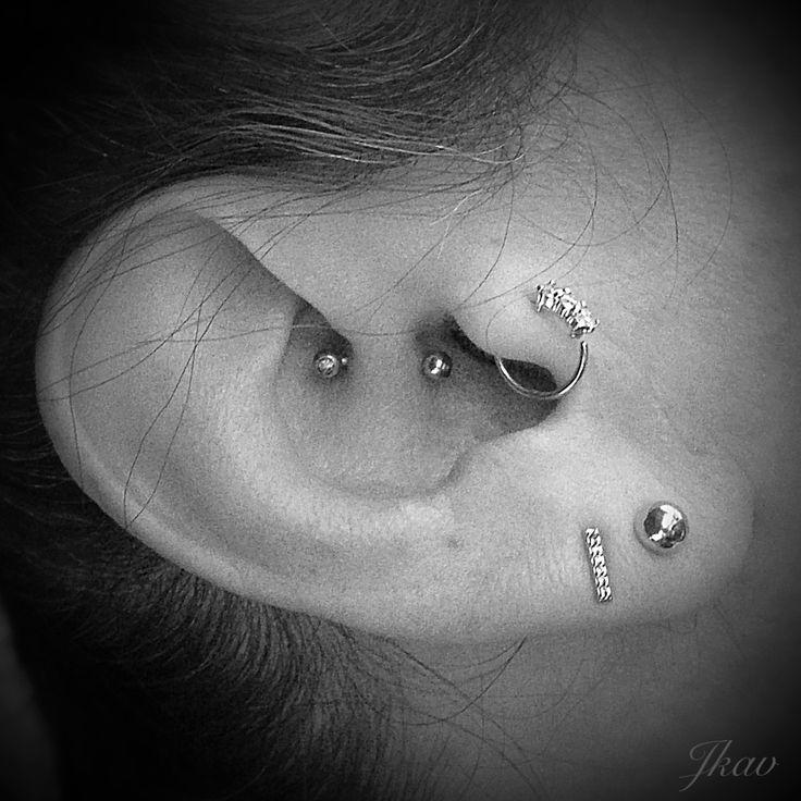 Sur cette oreille se trouve le piercing du daith ( j'ai déjà fait une revue sur ce piercing aller voir dans les autres photos piercing ) , piercing du tragus et deux lobes Mon avis : j'adore tous mais il manquerai plus qu'un petit piercing a l'helix