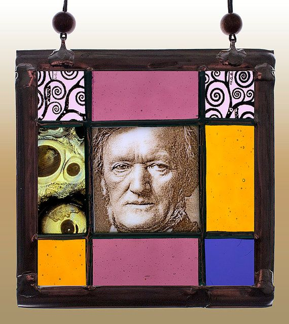 Richard Wagner, small kilnfired stained glass suncatcher. For sale at the Etsy shop of Stained GLass Elements. Richard Wagner gebrandschilderd glas in door StainedGlassElements