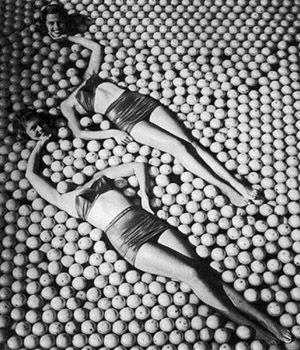 Vintage Pin Up Girls Optical Illusion - http://www.moillusions.com/vintage-pin-girls-optical-illusion/