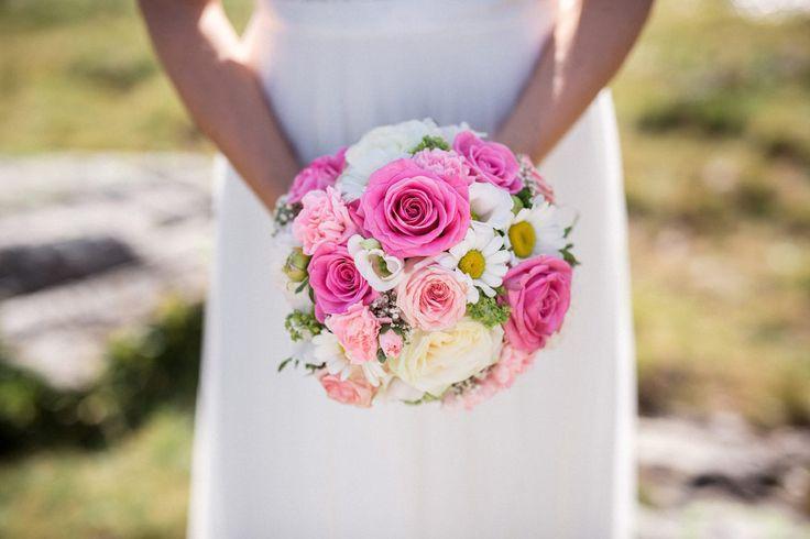 Ein knalliger Brautstrauß mit Rosen und Blumen im Gänseblümchen Look.  Foto: Felix Vollmer Photography