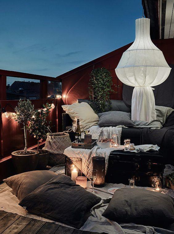 Gemütlicher skandinavischer Sommerbalkon im Sommer Stilvolle Ideen und Inspiration für