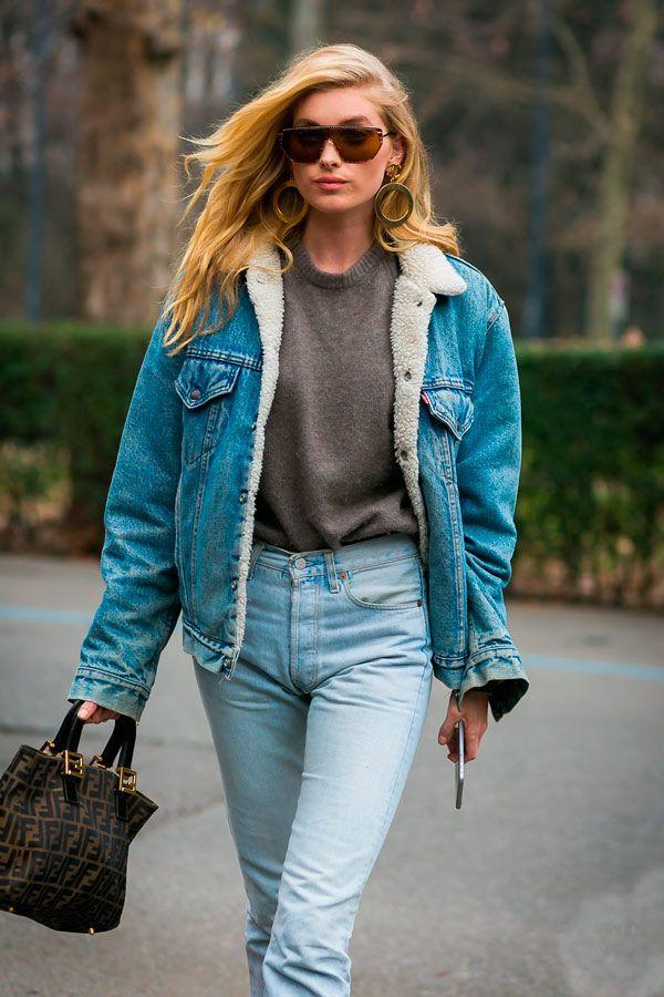 Elsa Hosk mostra que o double denim é uma ótima pedida com a jaqueta jeans de pelos.