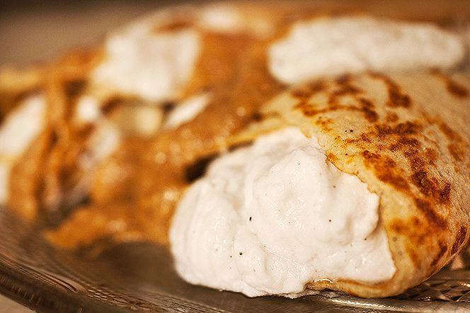 Semmelpannkakor med vispad kokosgrädde och mandelkräm  Semmeltider! Dessa kardemumma-kryddade pannkakor med ljuvlig kokosgrädde och mandelkräm smakar semla men man slipper den torra bullen och kan istället njuta av det där man egentligen vill åt – mandelfyllningen och grädden. Mums!