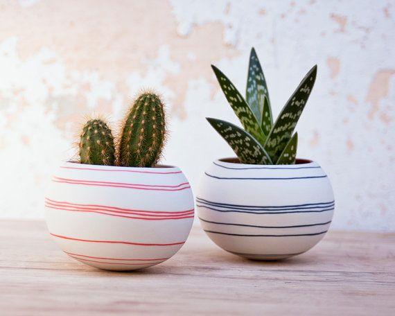 He encontrado este interesante anuncio de Etsy en https://www.etsy.com/es/listing/187513762/jardinera-de-ceramica-cactus-rayas