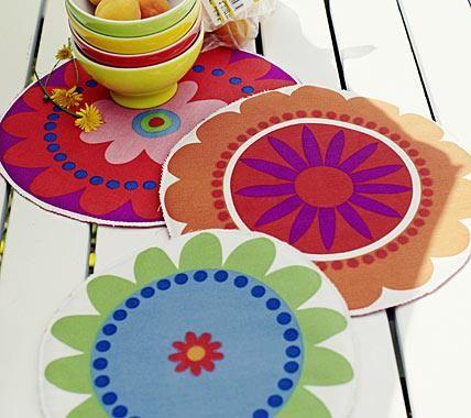 Wie riesige Blüten sehen die Tischsets aus. Schön sommerlich und vielseitig einsetzbar. Aus Stoff schneiden Sie die Blumen aus, legen ein Stück Vlies und...