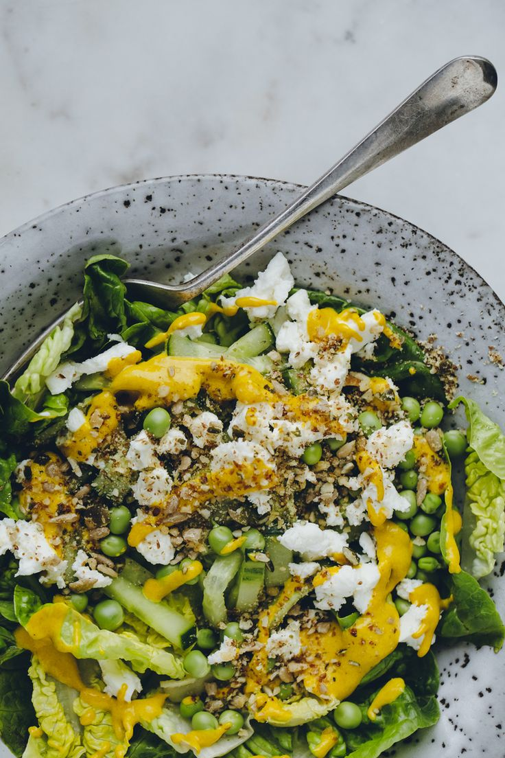 Salade composée verte  et sauce au curcuma