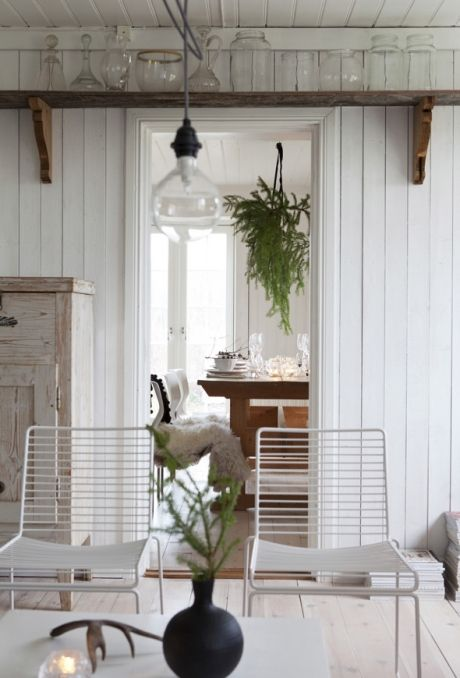 JUL PÅ DEN SVENSKE SLÆGTSGÅRD: Det er 15 år siden, at Helena og Göran overtog gården, som Helena er vokset op på. Den blev bygget i slutningen af 1800-tallet og er i dag, efter en omfattende, men nænsom renovering, blevet en moderne drømmebolig for familien. Mange af husets originale detaljer er bevaret ved renoveringen, fx de gamle trægulve, kakkelovnen og en gammel bageovn | ISABELLAS