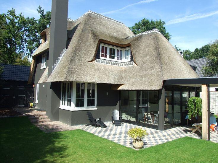 Bijzonder aan deze villa is de grijs gestucte gevel om de for Huis laten stylen