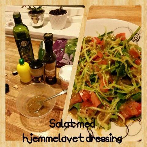 Lækker salat med hjemmelavet dressing. Spinat blade, tomater uden indhold, squash. Dressing:  2 spsk olivenolie  1 spsk balsamico  0,5 tsk Dion sennep  0,5 tsk honning  0,5-1 tsk citron saft 1 fed hvidløg  Salt og peber