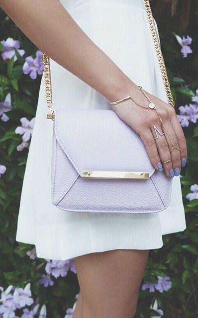 Ese bolso es bonito. Me gusta mucho el color. Poné mis cosas en eso. Me pondría cuando necesito un bolso.