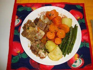 Costelas de boi temperadas com cerveja e legumes cozidos no caldo