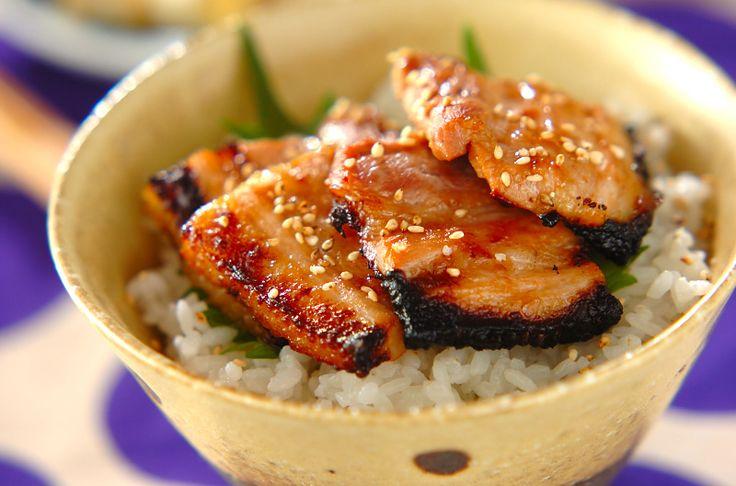 梅肉入りの漬けダレに漬けた豚肉は、サッパリとしていてご飯が進む一品。豚肉の梅ダレ焼き丼[和食/ご飯もの(寿司、ご飯、どんぶり)]2010.12.20公開のレシピです。