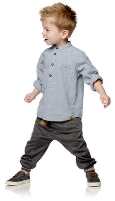 Skjortor  Skjortor och pikétröjor är snygga på alla killar. POMPdeLUX har många olika modeller, mönster och färger som gör garderoben fulländad för såväl små som stora killar. Framför allt fokuserar vi på de många fina detaljerna som bröstfickor, kragar, knappar och tryck. Hitta skjortan eller pikétröjan som ditt barn älskar och kombinera med en tröja, slipover, kofta eller sweatshirt. Våra skjortor och pikétröjor finns i storlekarna 80–152 cm och här finns massor av inspiration att hämta…