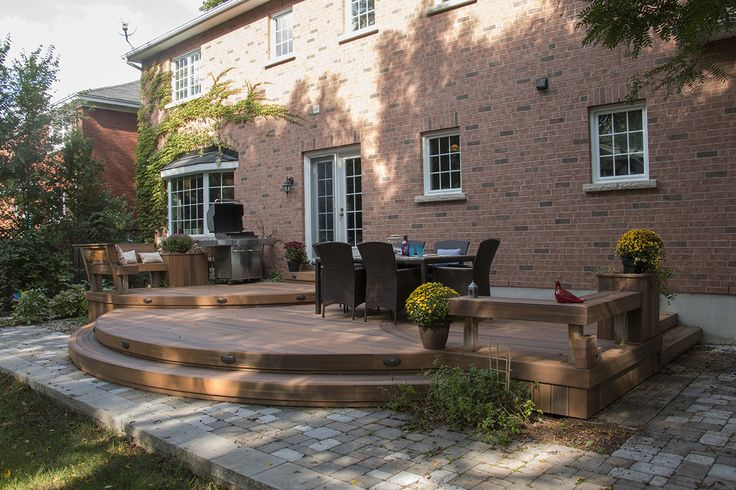 A great curved custom deck by Hickory Dickory Decks built in Ottawa using Fiberon decking.