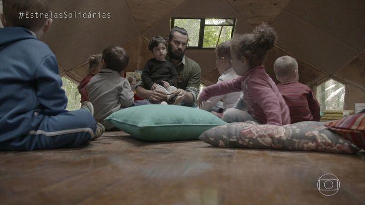 Estrelas   Carmo Dalla Vecchia brinca com as crianças da Escola Ayni   Globo Play
