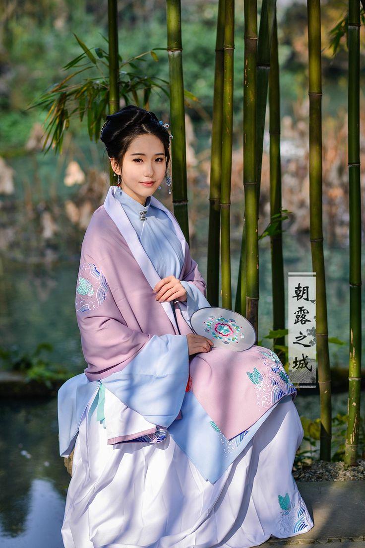 hanfu gallery (Traditional Chinese fashion. 朝露之城)