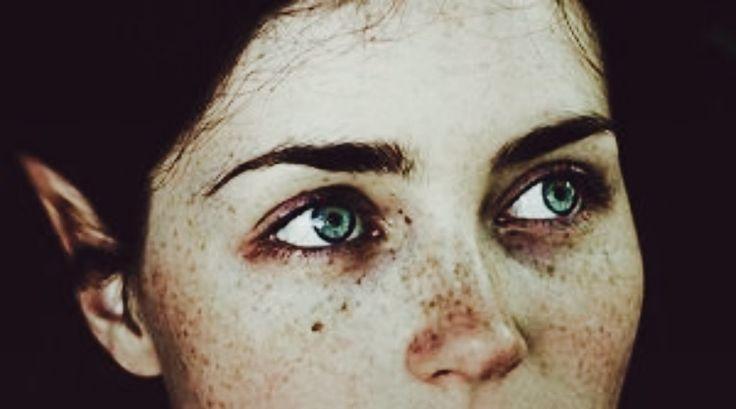 42-Terrorizzate, le figlie di Peneo si strinsero l'una nelle braccia dell'altra, ma a quanto pare, quella radiosa divinità non aveva intenzione di fare loro del male. Il dio osservava Dafne-i suoi capelli arruffati, le labbra sottili, le guance rosate, la carnagione perlacea, l'azzurro dei suoi occhi-come se in vita sua non avesse mai visto una creatura simile. Sentendosi mancare l'aria, capì che solo una cosa avrebbe potuto fargli tornare il respiro: una parola di quella meravigliosa…