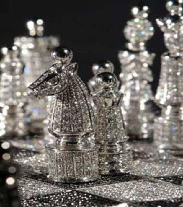 Un jeu d'échecs avec 9 900 diamants à 546 000 euros, créé par le bijoutier Bernard Maquin en 2005