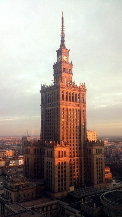 Pałac Kultury i Nauki wznoszący się dumnie nad warszawskim pejzażem