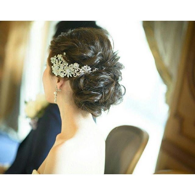 おしゃれ花嫁さんの定番!煌びやかな《ビジューアクセサリー》を飾ったヘアアレンジ*20選 | ZQN♡