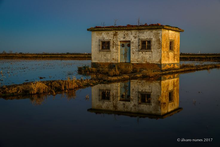 Depois dos últimos raios de sol | After the last rays of sun - An old house - probably used to pay the day to the men who once labored in these fields and now abandoned by all but the birds that perch on their roof - reflects in the stillness of the waters around the colors of their old walls bathed by the last rays of Sun.