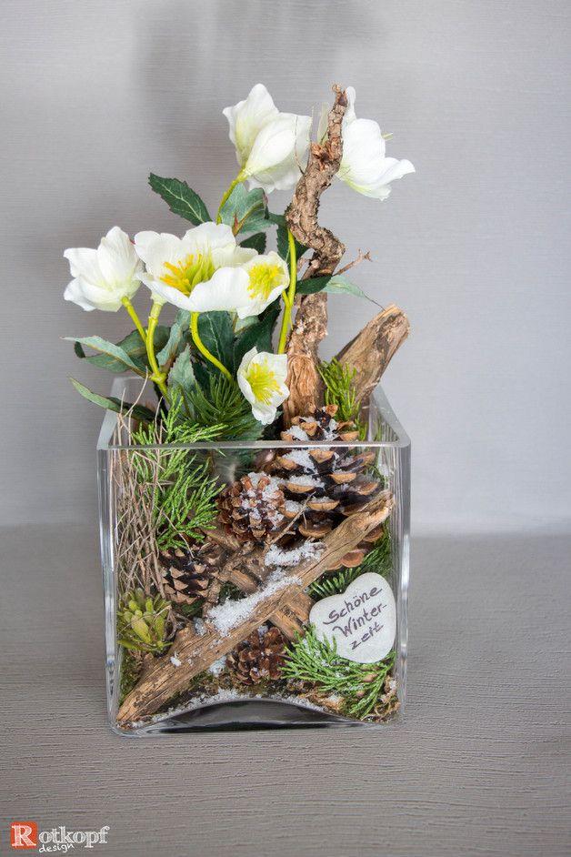 In ein Glas gesteckte Winter/Weihnachtsdekoration, mit einem Mix aus Naturmaterial und Seidenblumen. Durch diese Kombination wirkt das Gesteck sehr echt und ist mehrere Jahre...