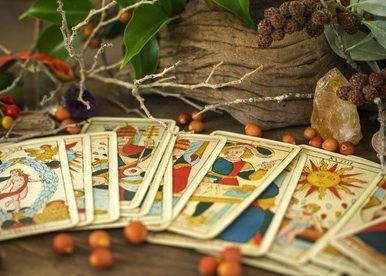 Kartenlegen will gelernt sein. Wie kommt man zum Kartenlegen? Das ergibt sich wohl bei jedem auf eine ganz individuelle Weise. Der eine hat die Gabe vererbt bekommen und der andere entdeckt es durch einen Zufall....  #Vidensus #kartenlegen #Hellsehen #wahrsagen #gratisgespräch