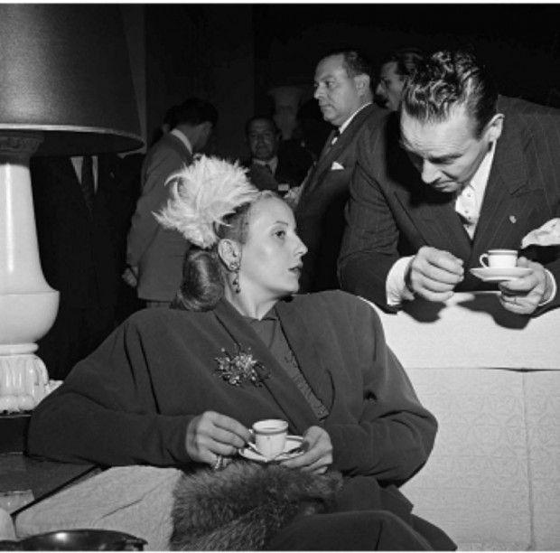 Kurt Klagsbrunn. Evita Perón toma café com o ministro das Relações Exteriores da Argentina, Kurt Klagsbrunn. Juan Bramuglia durante a Conferência Interamericana de 1947, no Hotel Quitandinha (Petrópolis-RJ), em 1947.