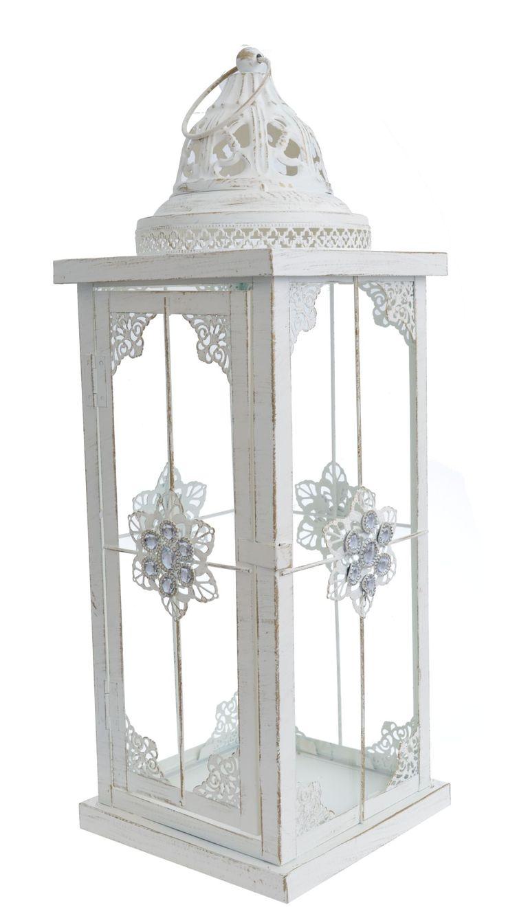 Metalowa kremowa przecierana latarnia  z uchwytem i kamieniami o wysokości 54 cm. Idealna i wyjątkowa do dekoracji w domu lub w ogrodzie. Latarnia posiada boczne drzwiczki otwierane.