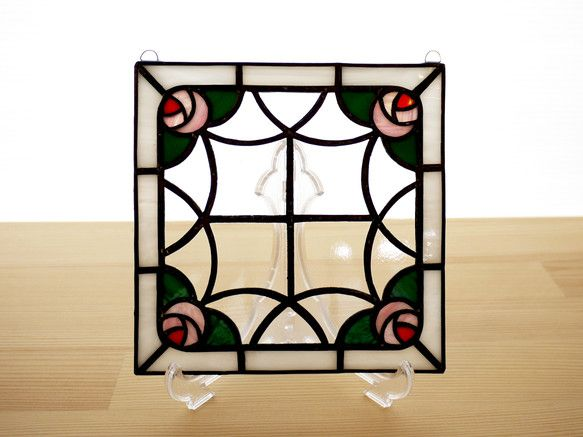 薔薇のステンドグラス ミニパネルです。バラのフレームのようなアンティーク風の図案で、リビングやキッチン、ベッドルームなどどんな場所にもなじみます。パネル上部に... ハンドメイド、手作り、手仕事品の通販・販売・購入ならCreema。