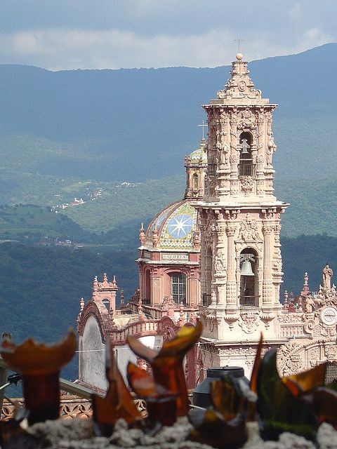 Santa Prisaca Cathedral in Taxco de Alarcón, Mexico (by VictorSOSAA).