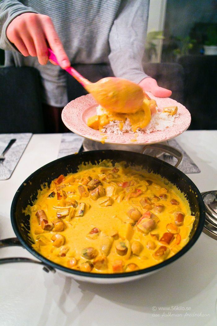 I går kväll gjorde jag en sådan god men enkel korvgryta! Ala barnen gillade det och det finns matlådor kvar till idag, perfekt! Jag köpte Lithells Varmkorv som var äppelspånrökt, supergoooood! Jag åt korvgrytan med mosadkokt blomkål, gott! KORVGRYTA MED ÄPPLE OCH CURRY  Save Print Ingredienser 16 st varmkorv 2 gula lökar 2 äpplen […]