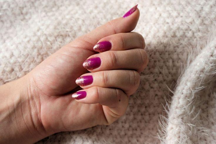 Końcówki zanurzone w złocie – manicure lakierami klasycznymi