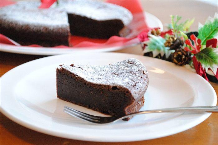 来月はいよいよ クリスマス。クリスマスの予定はお決まりですか?ホームパーティーなどの計画を立てている方も多いと思います。ホームパーティーはいいけれど、料理が大変!手作りケーキも作ってみたいけれど難しそう…。 今回は、ホットケーキミックスを使って、お菓子作りのビギナーさんでもチャレンジできるレシピを集