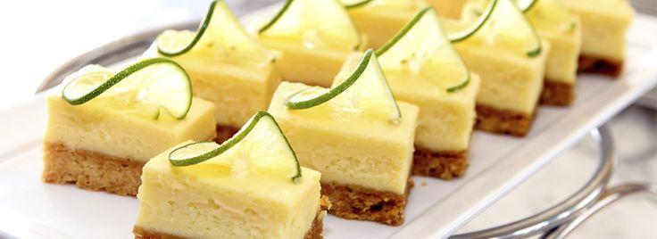 La ricetta per preparare dei Mini Cheesecake al limone da offrire ai tuoi ospiti o da consumare per i tuoi spuntini! Mini, ma dal gusto maxi!