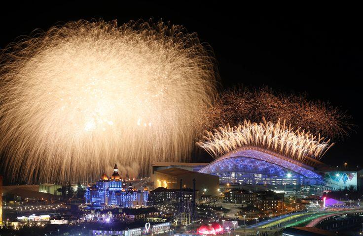 Kembang api terlihat memancar dari Taman Olimpiade saat upacara pembukaan Olimpiade Musim Dingin 2014 Sochi di Rusia.