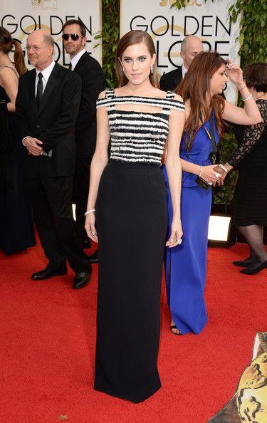 Allison Williams en los Globos de Oro. Me ha encantado la sencillez en blanco y negro de este modelo firmado por Alexander McQueen y cómo luce en ella.
