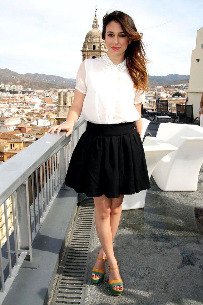 Blanca Suárez con camisa blanca de manga corta y falda negra de vuelo ¡Perfecto look para la oficina!