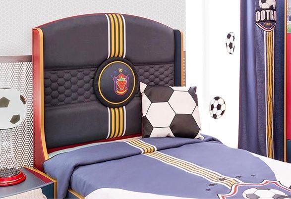 Δερμάτινο κεφαλάρι στο παιδικό κρεβάτι με θέμα το ποδόσφαιρο.